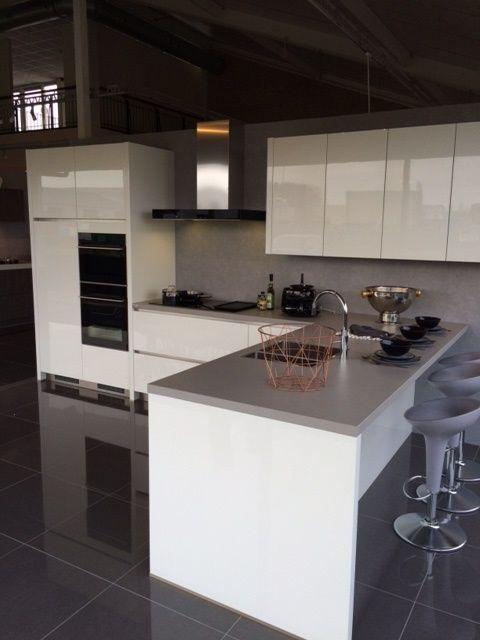 Ja ja jaaaa! Witte keuken, grijs blad: ideale match! Keukenblad is gemaakt van composiet (Silestone) door Arte.