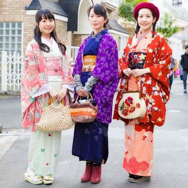 CHIC VINTAGE KIMONO STREET FASHION DI HARAJUKU | Dunia Fashion Jepang – Saat di Harajuku, kami melihat Miki, Usako dan Emi yang semuanya sedang memakai Kimono  Di sebelah kiri, ada Miki yang mengenakan kimono bergaya vintage yang mencakupi dari Kimono putih pink, sabuk obi pink, dan jaket merah muda corak kimono, aksesorinya termasuk tas rajut warna putih, anting-anting, dan sandal geta putih, Miki juga aktif di Instagram loh.