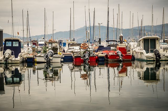 Fifteen - Project365 (15/365) Reflections in Cobres #sony #alpha #a58 #franciscocrusat #crusat #crusatphoto #cobres #vilaboa #galicia #travel #seaside #yatch #sea #club #harbour #boat #bay #landscape #seascape #winter #personal #project #project365 #365 #january #color #reflection #sail