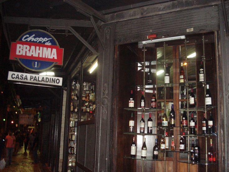 Nos recônditos do centro carioca, rodeado por ruelas esburacadas e imersas em persistente odor de urina, esconde-se um dos bares mais tradicionais da cidade.