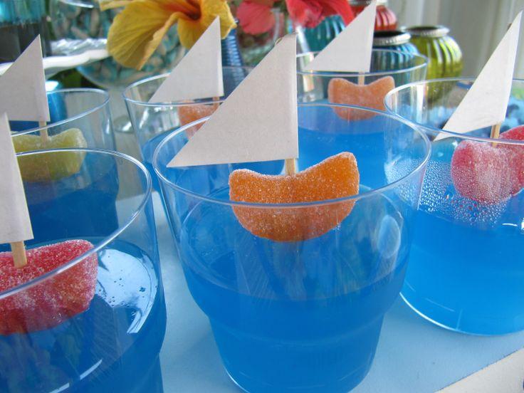 Para festinhas de meninos, barquinhos com gelatina azul!