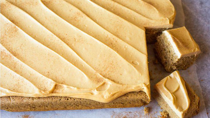 Gi den klassiske krydderkaken en litt ny vri med kremostglasur med brunt sukker. Et tips er å snu den avkjølte kaken over på serveringsfatet, for så å bre glasuren over undersiden som så oftest er jevnere enn toppen. Kaken gir ca. 35-40 kakestykker. Oppskriften passer til en stor langpanne, ca. 40x30 cm