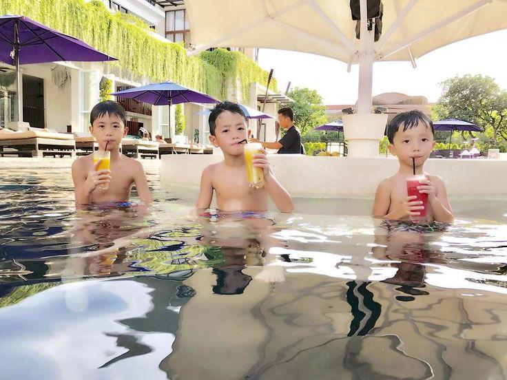 Happiness is for everyone! Just like these three cute kids enjoyed their juice by the pool! Who wants more?   Image by @yohan1703  #sakalabeachclub #sakalaresort #poolbar #holidays #bali www.sakalaresortbali.com