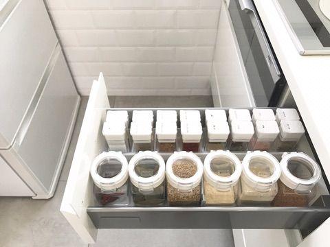調味料をスッキリ収納 ボトルが倒れない方法 システムキッチン 収納 アイデア シンク下 収納 100均 シンク収納