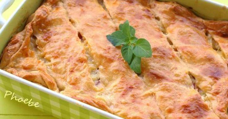 Εξαιρετική συνταγή για Πίτα με πατάτες, μπέικον και τυρί. Όταν θέλετε να ετοιμάσετε κάτι νόστιμο παρόλο που δεν έχετε πολύ χρόνο στη διάθεσή σας. Λίγα μυστικά ακόμα 1. Τρώγεται ζεστή για να απολαύσετε το λιωμένο τυρί σε συνδυασμό με το μπέϊκον και τη πατάτα.2. Μπορείτε αν θέλετε να αντικαταστήσετε το κίτρινο τυρί με άσπρο. Η πίτα θα είναι το ίδιο νόστιμη.3. Αντί μπέικον μπορείτε να χρησιμοποιήσετε προσούτο.