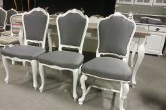 Prachtige gestoffeerde stoelen voor aan uw keukentafel. Een mooie witte stoel, sierlijk met een landelijke uitstraling. De gestoffeerde stoelen zijn op maat gemaakt, met stof en kleur naar keuze. U kunt kiezen uit onze voorraad stoelen of uw eigen stoel meenemen om te laten stofferen.