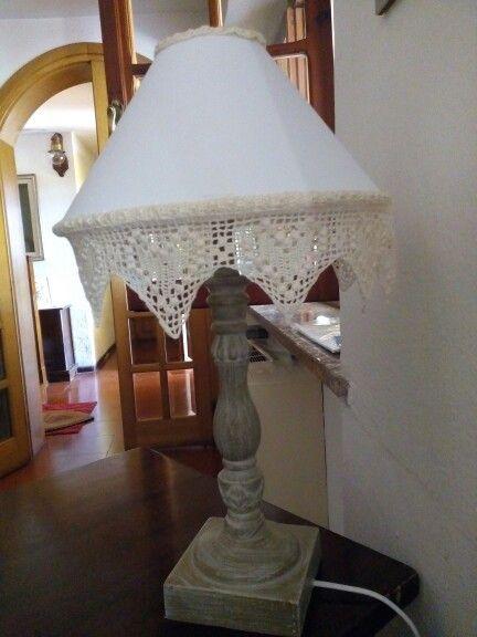 La mia lampada da tavolo con pizzo ad uncinetto realizzato a mano