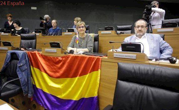 El TSJN no permite colocar la bandera republicana en el Parlamento de Navarra
