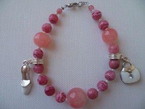 Folle de mode, bracelet monté sur fil câblé, fermoir mousqueton en métal argenté, breloques métal argenté, perles en pâte de verre de couleur rose pale, perles en pierres fines naturelles d'Agathe et perles de rocaille.