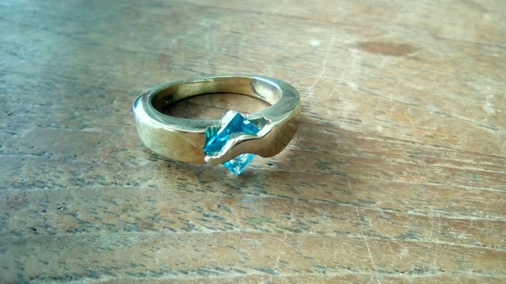 Beautiful Blue Topaz :  By GEMH designed and created golden ring with a carre blue Topaz gem. Door GEMH ontworpen en vervaardigde gouden ring met carre geslepen blauwe Topaas.