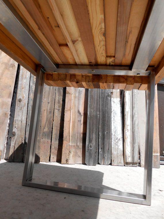 Diese Tischplatte ist mit allen Altholz geborgen aus Scheunen und Gebäuden aus allen Teilen der Vereinigten Staaten gebaut. Mit allen zurückgefordert Stücken keine Tabelle immer gleich aussehen und alle Holz werden aus verschiedenen Orten und in der Farbe variieren. Es wird sein