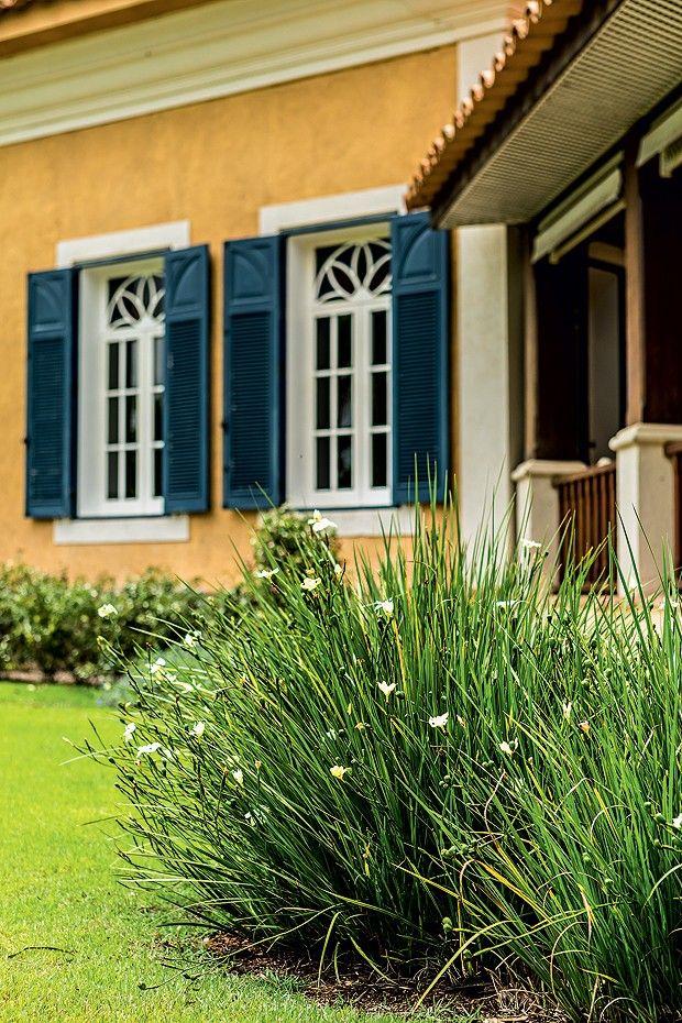 Em frente à varanda da casa, uma touceira de íris (Foto: Edu Castello/Editora Globo)