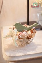 Asztaldísz áttört kókuszhéjban, madárral és csipkével, vintage stílusban