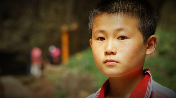 Un jeune garçon travaille à ramasser des bouteilles de plastique au temple de Yulin en Chine