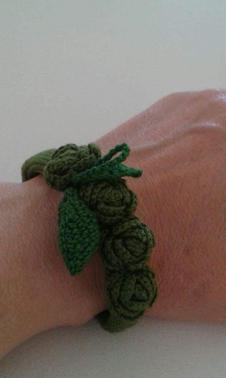 """Braccialetto """"Roseto"""" ideato e realizzato da Filonellamente, lavorazione a uncinetto, materiale: filo di cotone."""