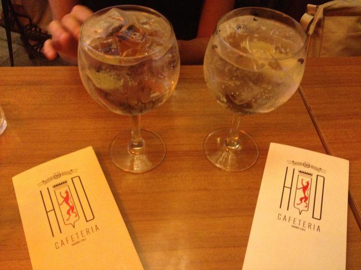 HD. Mítica cafetería de Madrid convertida hoy en un templo dedicado al Gin tonic, Los preparan con gran detalle deliciosos!!  Metro Canal