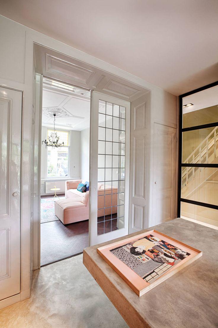 Klassieke schuifdeuren met glas in lood in combinatie met een stalen deur...