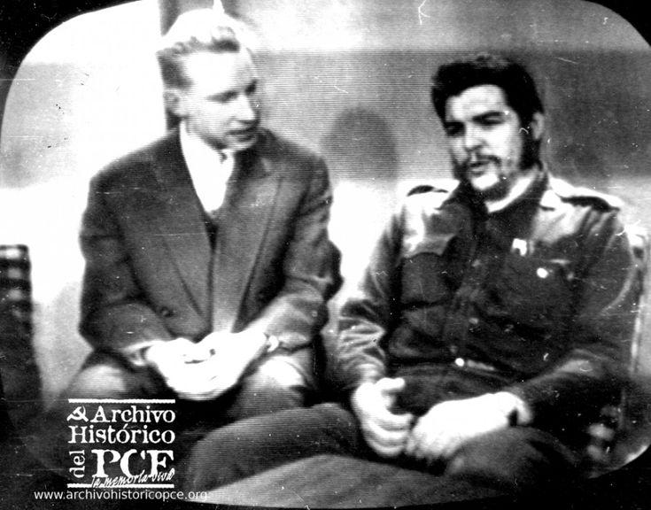 Ernesto 'Che' Guevara en una entrevista de la televisión soviética junto a su traductor. Moscú, 1960.