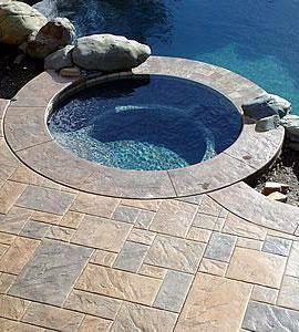 Suelo de hormigón impreso, imitando a baldosas de varios colores para la piscina.