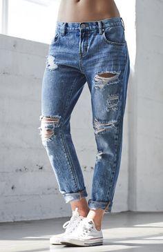 Estos pantalones se llaman boyfriend jeans. Están rotos, pero así van. A mi me justan porque se los puede poner con muchas coas. Ellos van un poco flojos. Se los puede llevar a una fiesta y a la escuela.
