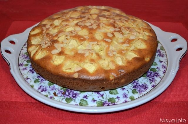 La torta di mele è sempre molto apprezzata a casa mia e in questa versione con le mandorle è ancora più golosa