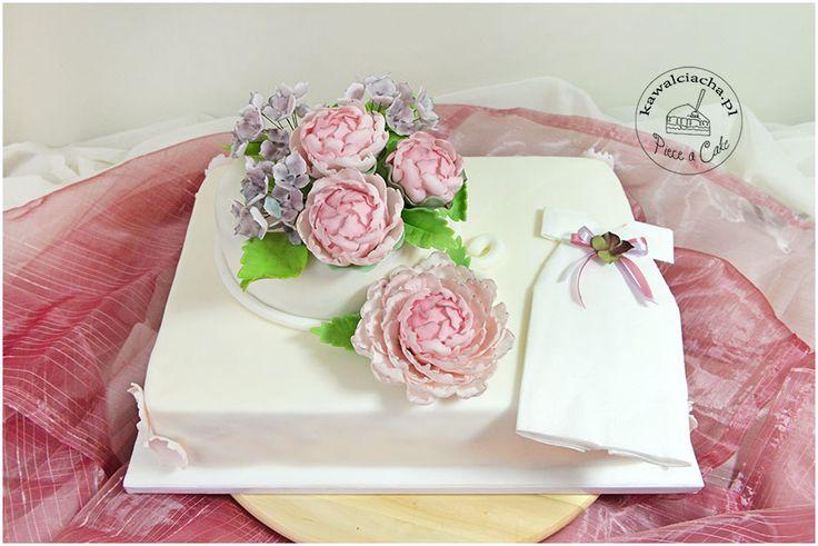 Tort komunijny dla dziewczynki z cukrowym kwiatami / first communion cake for a girl. Więcej na www.pieaeacake.pl
