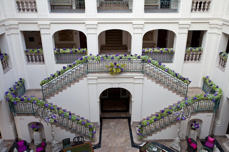 Amazing staircase floral decor. caprichia.com Weddings & Occasions. Photography by Pierre Richardson. Flowers by L&N Floral Design