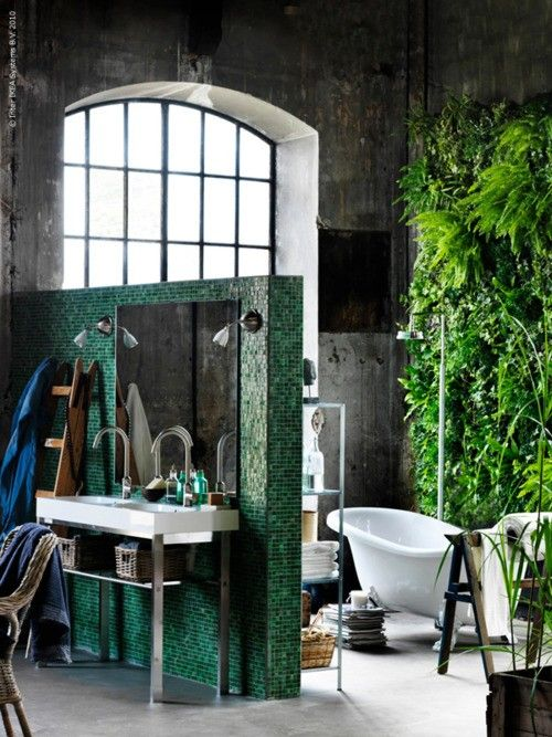 décoration loft industriel vert béton, green verrière baignoire bathroom carreaux de ciment mosaïques plantes jardin tropical garden trends tendances pantone greennery
