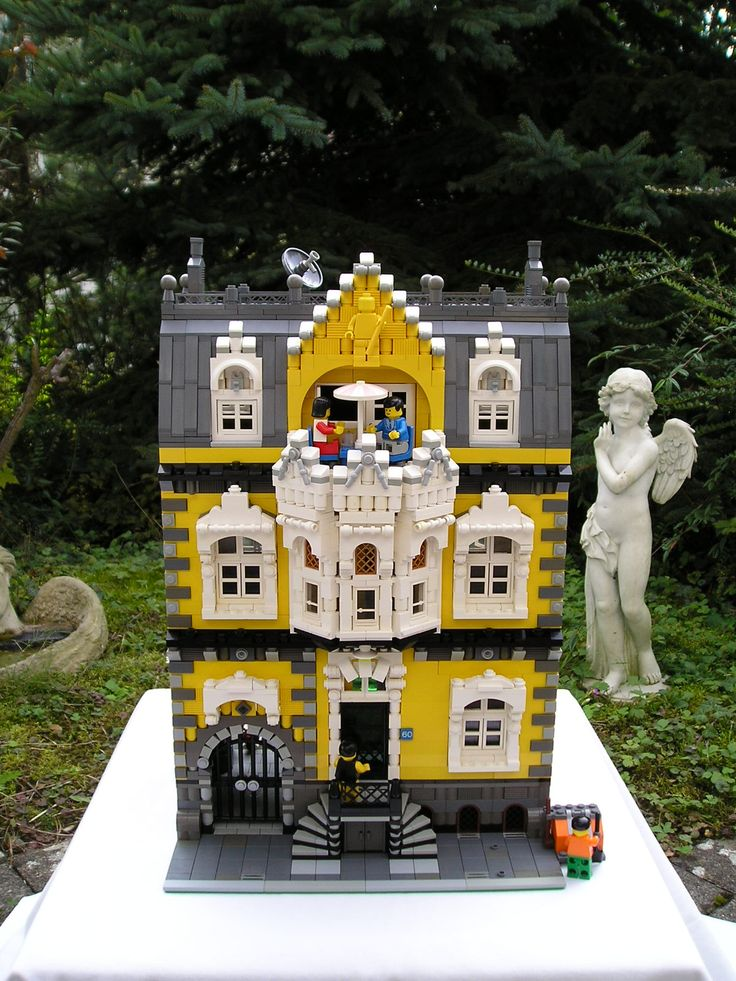 Brick Town Talk: Voyagetom's yellow building - LEGO Town ...