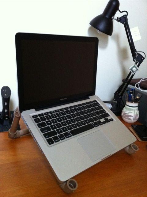 um suporte para notebook com tubos de PVC
