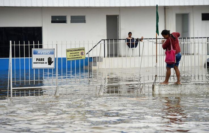 W杯ブラジル大会(2014 World Cup)グループGのドイツ対米国の試合が行われたブラジル北東部レシフェ(Recife)で、豪雨のため冠水した道路を濡れないように通ろうとする人(2014年6月26日撮影)。(c)AFP/Emmanuel DUNAND ▼27Jun2014AFP|ブラジル・レシフェで豪雨による洪水、W杯ドイツ対米国戦の直前 http://www.afpbb.com/articles/-/3018976 #Recife #Flood