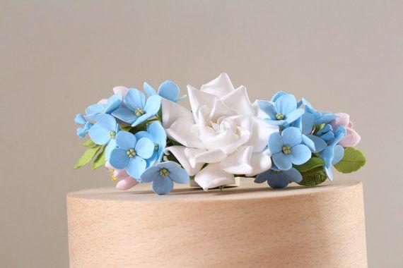 Arrangement de fleurs de gardénia, Crocus et d'hortensias sur barrette.  Barrette clip base 10cm/4 pouces.  Toutes les fleurs sont fait à la main en argile polymère sec dair ClayCraft par déco. La fleur est léger et durable. Stocker dans un endroit sec, le garder à labri de leau ou des liquides. Dans le cas de trempage - mieux dutiliser le séchoir à cheveux. Le produit nécessite une gestion prudente.  Pour toutes informations consultez les politiques de la boutique.  Si vous avez des que...