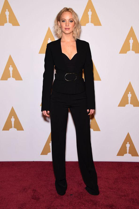 Szokatlanul jól nevelt a vörös szőnyegen az Oscar-jelölt színésznő. Jennifer Lawrence black outfit blonde hair celebrity