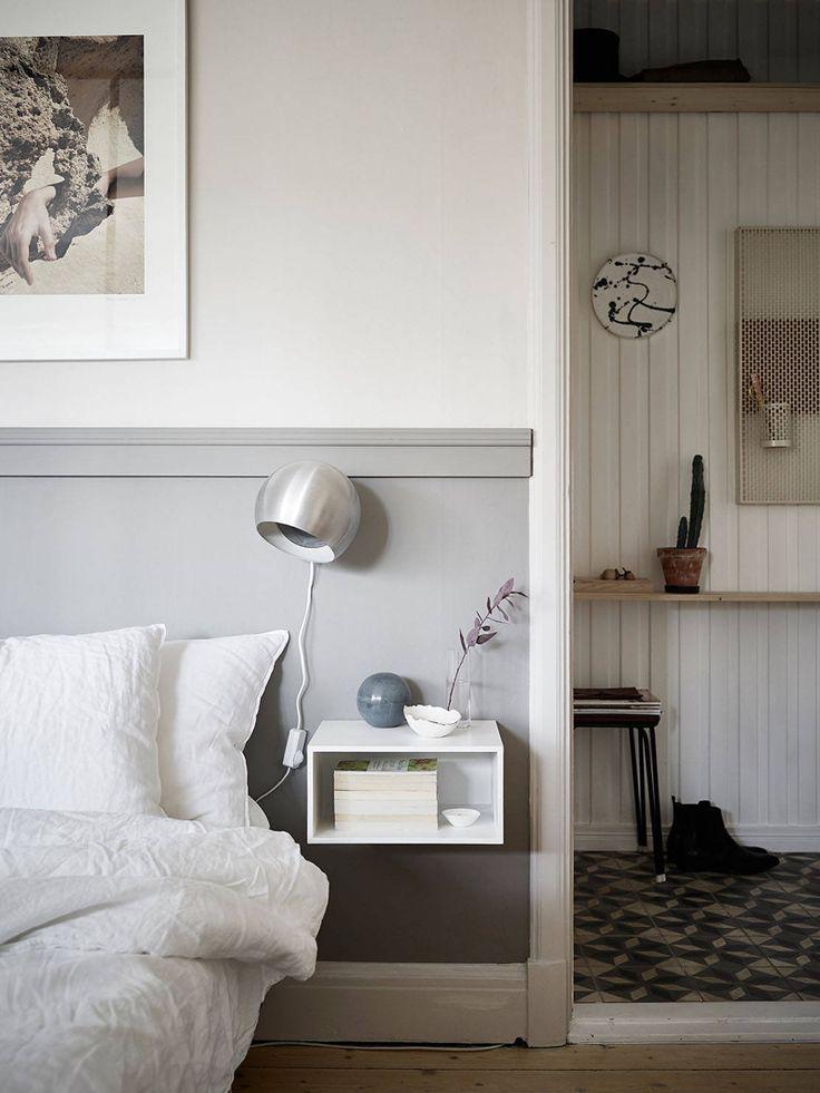 Joanna Bagges Sänggavel - gjord genom att fästa en list på väggen och sedan måla väggen under listen i samma kulör.