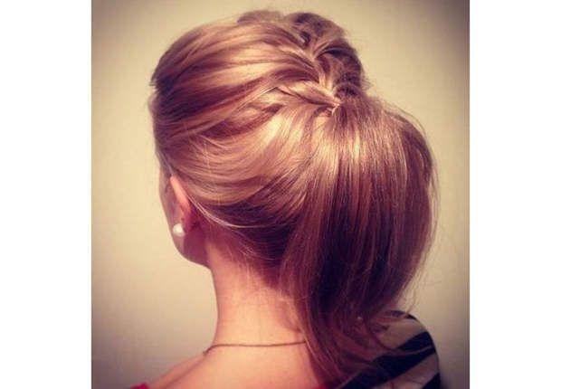 La tresse queue-de-chevalSimple et rapide à réaliser, elle donne du corps à votre coiffure.Crêpez légèrement vos cheveux en racine pour les décoller, puis tressez 4 ou 5 épis à l'arrière de la tête avec les mèches qui encadrent votre visage. Gardez la main leste, ne serrez pas.Dissimulez les pointes dans la queue-de -cheval que vous aurez formée en relevant vos longueurs.