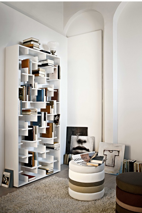 COLŢUL DE LECTURĂ Investeşte într-o bibliotecă interesantă, în care cărţile nu vor sta aliniate perfect. Alternează rafturile cu cărţi cu cele pe care îţi aşezi teancurile cu revistele preferate şi nu uita că, atunci când vrei să stai comod şi să cauţi câte ceva prin volumele vechi, un puf simpatic îţi va fi de mare ajutor.  Foto: Yannis Vlamos