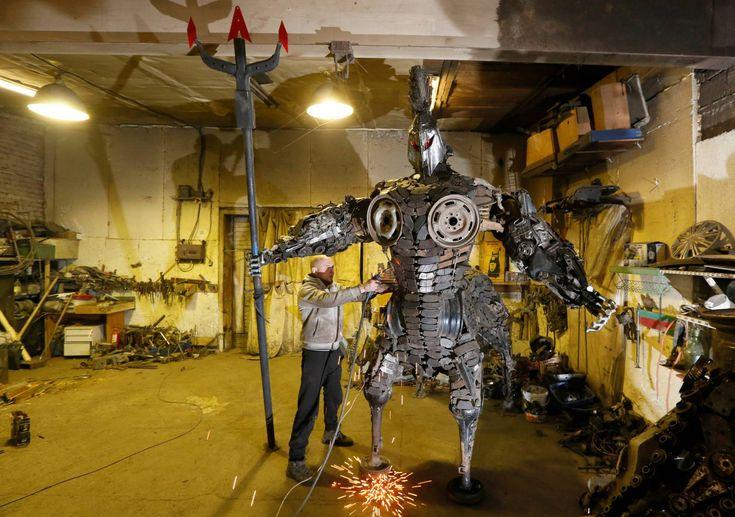 """20170209 - El mecánico y soldador Sergei Kulagin trabaja en la escultura """"Centaurus"""", fabricada con componentes de automóviles usados, dentro de un taller de reparación de automóviles en la ciudad siberiana de Divnogorsk (Rusia).picture: ILYA NAYMUSHIN REUTERS"""