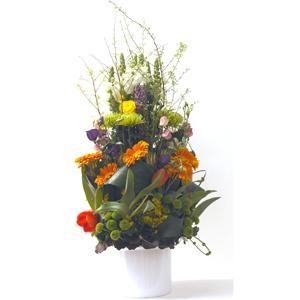 Nuestro centro más innovador, con mucha flor y verde. Es un centro de flores con tulipanes, crisantemos, gerberas, lisanthus, dragonalia y rosas | Bourguignon Floristas