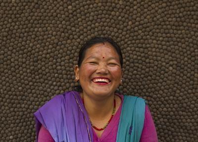 Ranju Thakuri - l'équipe Népalaise, spécialiste des tapis de boules, entièrement fabriqués à la main dans une démarche éthique et éco-responsable! Nous vous informons  du nom de l'artisan qui a créé votre tapis, vous pouvez ainsi lui envoyer un mail et lui faire part de votre retour!
