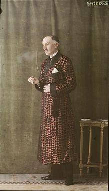 Mannequin homme posant en fumant une cigarette pour une robe de chambre en soie rose à carrés noirs et revers noirs, vers 1921, Salon du goût français, autochrome