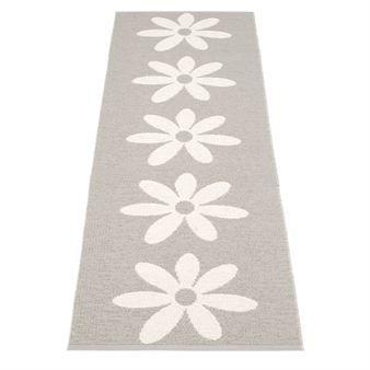 Den stilrena mattan Lilo från Pappelina kommer i en härlig varmgrå färg och många olika storlekar som gör att plastmattan passar alla rum. Lilo är gjord i fantastisk kvalité och den handvävs i Sverige. Lilo 70x50 är en utmärkt dörrmatta, 70x150 passar perfekt som entrématta, 70x250 cm är idelaisk som hallmatta och de större storlekarna 70x350 cm och 70x450 cm passar som vardagsrumsmatta.