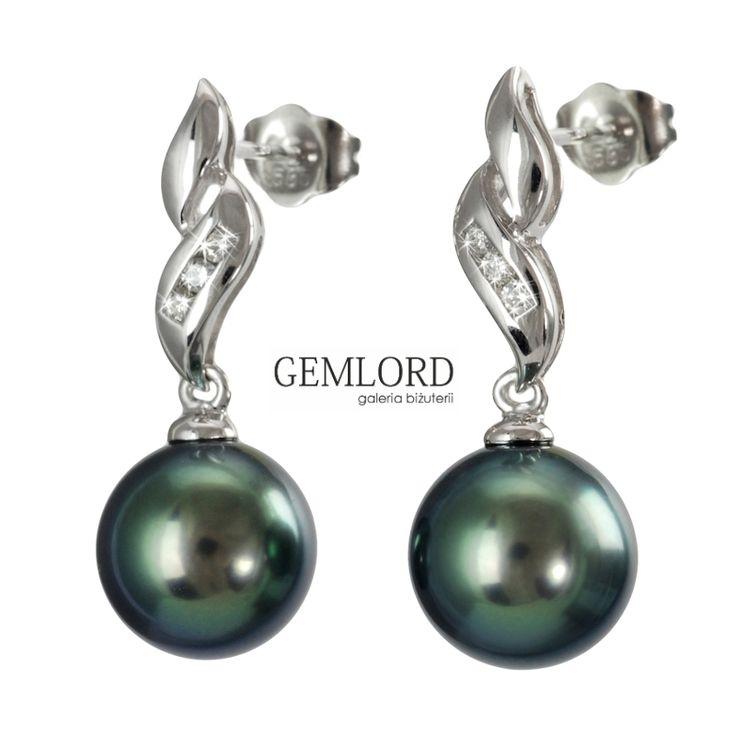 Gustowne kolczyki z najwyższej klasy pereł Tahiti w eleganckiej oprawie z białego złota zdobionej diamentami. Idealnie okrągłe czarne perły o subtelnym oliwkowo-zielonym overtonie i wspaniałym blasku. Złota oprawa o ponadczasowej klasycznej formie. Kolczyki zapinane na sztyfty. #kolczyki #earrings #perły #pearls #perlas #perolas #жемчуг #złoto #whitegold
