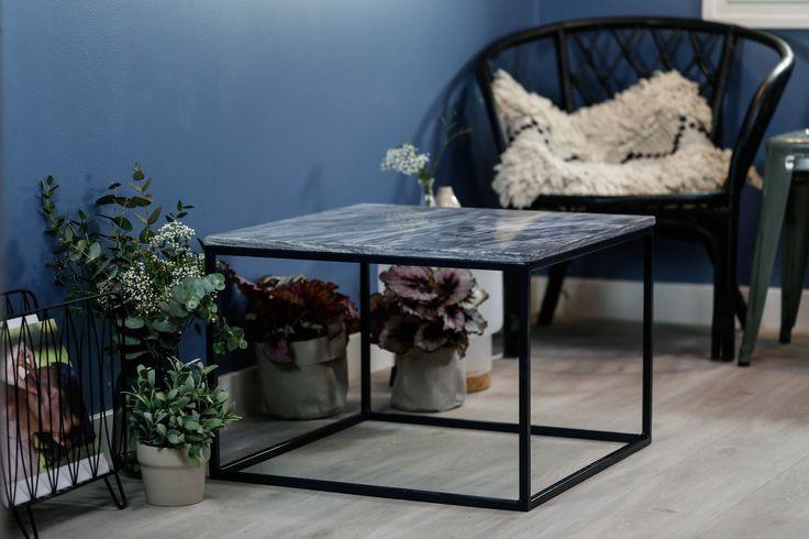 Marmorbord med grå plate og svart ramme.  Bredde: 60 Lengde: 60 cm Høyde: 41 cm