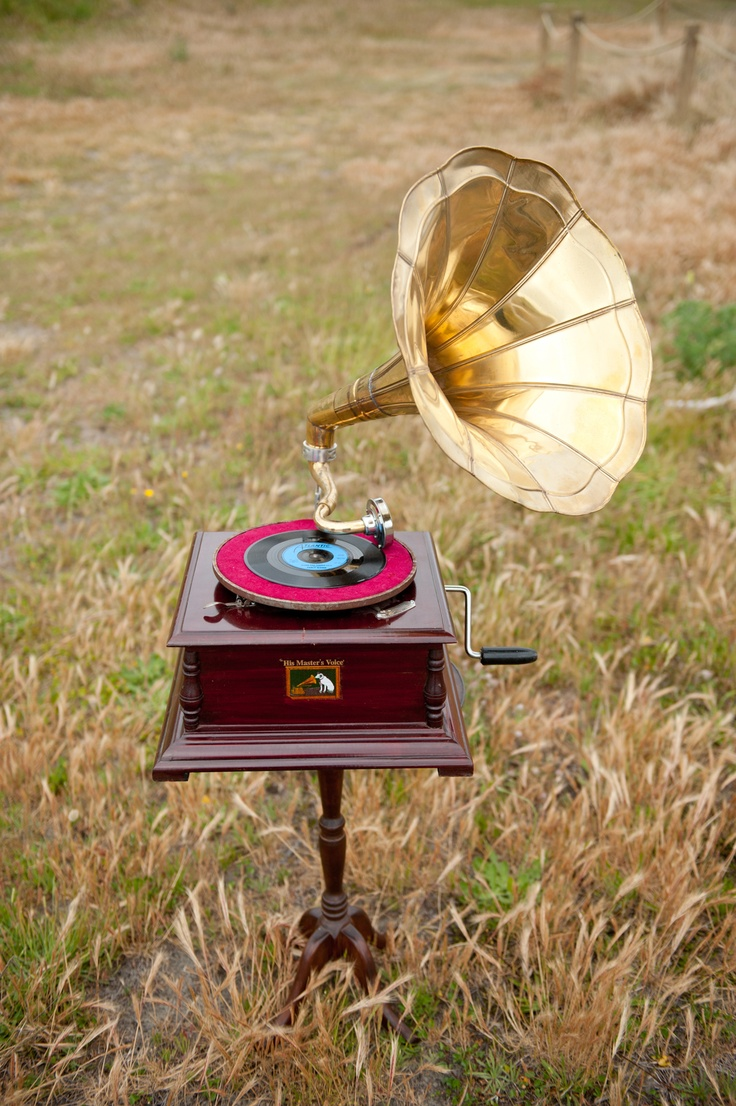 The Vintage & Pretty working HMV gramophone.
