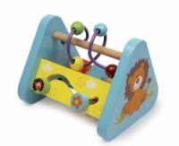 """Motorický trojúhelník """"Lev""""  Stabilní tří stranná motorická výzva z barevně lakovaného a přírodního dřeva. Děti mohou točit barevné dřevěné formy na závitové tyči, posouvat kuličky po smyčce nebo tyčkou sledovat danou cestičku.  Vhodné i pro nejmenší děti  Materiál : dřevo, kov  16x14cm http://www.skonti.cz/motoricky-trojuhelnik-lev-p255"""