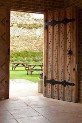 abrir la puerta de madera Foto de archivo