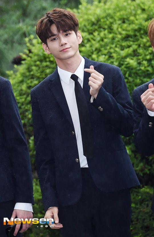 Wanna One's Ong Seongwoo Looks Like A Runway Model In The Rain — Koreaboo
