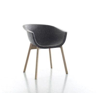 Krzesło Chairman / Conmoto to ponadczasowy wygląd i wyjątkowa wygoda użytkowania.  Powłoka siedziska została wykonana ze sprasowanego filcu. Stabilność zapewniają nogi z drzewa dębowego.