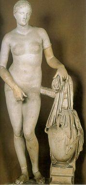 Aphrodite de Cnide Praxitèle est surtout devenu célèbre pour son Aphrodite de Cnide. Pline raconte que des voyageurs se rendent à Cnide uniquement pour voir ce chef d'œuvre. Les voyages en Asie Mineure sont pourtant longs et dangereux. L'artiste réalise pour des commanditaires, les habitants de l'ile de Cos, deux versions de la déesse. L'une nue et l'autre habillée. Les habitants de Cos choisissent la version habillée et ceux de Cnide la version nue qui va rendre leur ville célèbre.