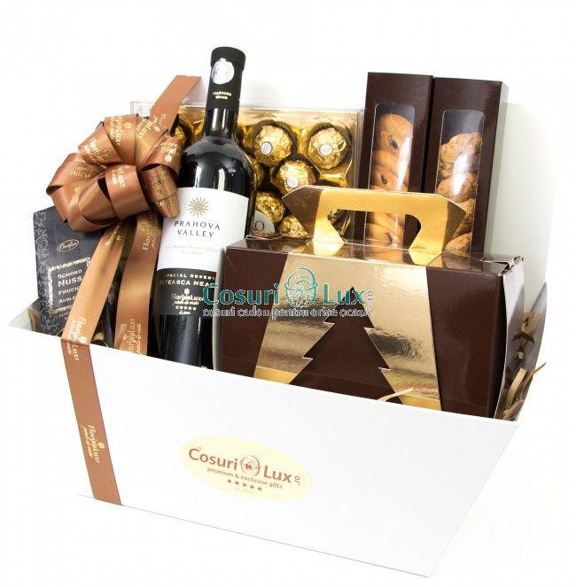 Cos cadou Golden Greetings , un cadou splendid, perfect pentru Craciun! Comanda online cosuri cadou de lux din noua noastra colectie! Descopera cu noi livrare cosuri cadou speciale, indrazneste sa faci cadouri WOW! Alege sa comanzi aceasta cutie plina cu ciocolata, biscuiti, fursecuri, vin, cozonac pufos si alte idei minunate!